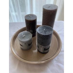 Set onderbord kleur zand incl. 4 kaarsen Bolsius taupe (77 branduren)+ antraciet (54 branduren)+ chocoladebruin (54 branduren)+ lichtgrijs (30 branduren)